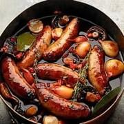 Saucisses de gibier braisé au vin rouge