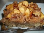 Gâteau aux pommes, sauce au caramel et aux pacanes