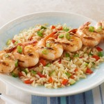 Repas tout-en-un de brochettes de crevettes avec riz grillé