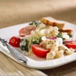 Salade croquante au chou-fleur et brocoli avec cheddar et poulet