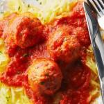 Boulettes de poulet sur des courges spaghettis