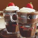 Parfaits au chocolat, aux fraises et aux biscuits