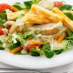 Salade verte au poulet grillé et au fromage Suisse, vinaigrette au cari