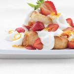 Gâteau des anges garni de fraises et crème à l'orange