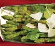 Asperges au parmesan râpé avec marinade balsamique aux figues et à l'érable