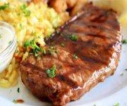 Biftecks poêlés, sauce au vin rouge
