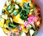 Bol vegan de mini-quinoa, mangue, avocat, lime, coriandre et tofu à l'orange