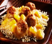 Boulettes de poulet dans une sauce aux ananas et aux prunes