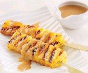Brochettes d'ananas grillé, à la crème de dulce de leche