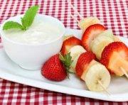 BROCHETTES DE FRUITS ET YOGOURT À LA MENTHE