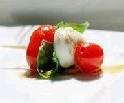 Brochettes de tomate, basilic et mozzarelle