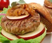 Burgers de porc avec oignons caramélisés, pommes et sauge