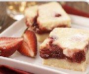 Carrés de gâteau au fromage et fraises