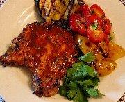 Chimichurri rojo et côtelette de porc grillée