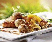 Côtelettes de dindon à l'étuvée de fruits frais et brochettes de dindon haché aux parfums d'orient