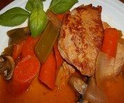 Côtelettes de porc sauce aux prunes avec ses légumes