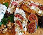 Crostini, gorgonzola, noix, figues et miel