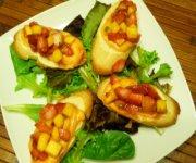 Croûtons au fromage et à la salsa de fraises et mangues