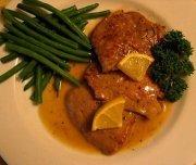 Biftecks d'aloyau, d'oignons rouges et d'abricots