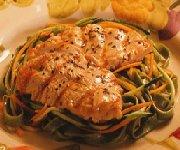 Dinde grillée aux herbes avec nouilles vertes aux légumes