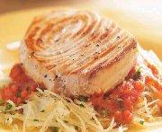 Espadon grillé, sauce tomate et courge spaghetti