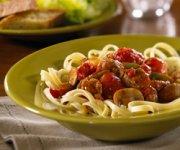 Fettuccine avec saucisses et sauce tomate