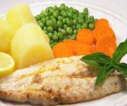 Filets de poisson à l'aneth, pommes de terre et carottes persillées