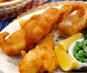 Fish and chips à la bière et rondelles d'oignon
