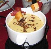 Fondue au fromage maison, garniture aux échalotes caramélisées