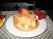 Gâteau moelleux aux pêches, sauce vanille et caramel