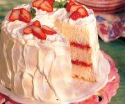 Gâteau des anges aux fraises et à la rhubarbe