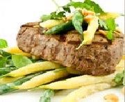 Médaillons de boeuf GrilRouge Angus grillés à la thaï, salade de haricots et mesclun d'herbes