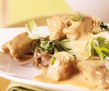 Mijoté de porc aux arachides accompagné de nouilles de sarrasin et de bok choy sauté à l'ail