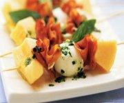 Mini-brochettes de cantaloup, bocconcinis et prosciutto