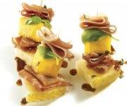 Mini-brochettes de mangue, jambon serrano et coulis de balsamique sans gluten