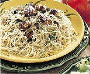 Moules grillées sur un lit de pâtes aux olives noires