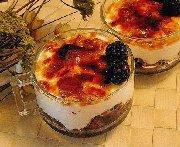 Mûres parfumées au balsamico, yaourt de chèvre caramélisé