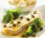 Panga aux câpres risotto à l'ail et au citron, et des brocolis