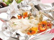 Papilottes de mérou au vin blanc, aux champignons et aux tomates