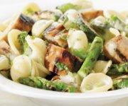 Pâtes aux saucisses et aux légumes verts grillés