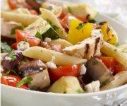 Plumes au poulet avec légumes grillés et feta