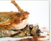 Poitrine de poulet à la sauge avec sauté de champignons et pesto de tomates séchées