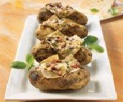 Pommes de terre en robe des champs, garniture aux deux fromages