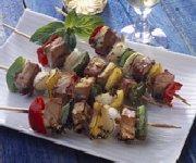 Porc et légumes sur brochettes