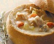 Ragoût crémeux au dindon servi dans un bol en pain