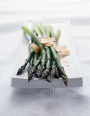 Salade d'asperges aux amandes grillées