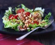 Salade au thon et aux haricots blancs avec de la vinaigrette V8