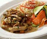 Salade d'épinards frais et de poulet, aux amandes et à la mangue