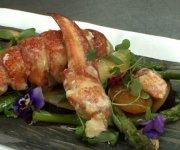 Salade de homard, asperges grillées, prunes, abricots et amandes