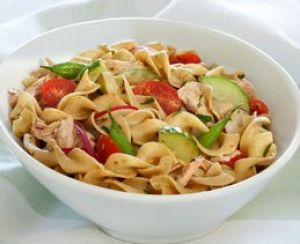 Salade de nouilles au thon frais préparée rapidement